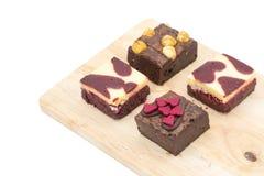 mini brownie sul bordo di legno isolato su fondo bianco immagini stock libere da diritti