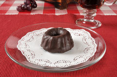 Mini- bundtkaka med chokladglasyr på kaka Arkivbild