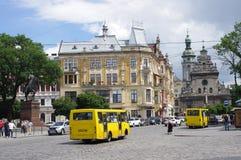 Mini bus gialli sulle vie di Leopoli in Ucraina Immagini Stock Libere da Diritti