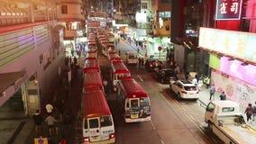 Mini- bussljuskollektivtrafik på Tung Choi Street i Mong Kok, Kowloon, Hong Kong arkivfilmer