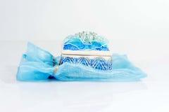 Mini caja de cerámica con un bolso azul plástico Fotos de archivo libres de regalías