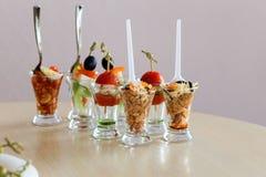 Mini Canape mit Fleisch und Gemüse in den Glasschalen Lizenzfreies Stockfoto