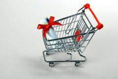 Mini carrinho de compras com as cem euro- e fitas vermelhas Fotografia de Stock