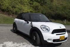 Mini carro branco estacionado fotos de stock royalty free