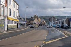Mini-carrossel de Largs em Main Street com tráfego muito claro imagens de stock royalty free