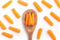 Mini Carrots Into ein Löffel Stockbild