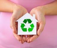 Mini casa con el reciclaje de símbolo Imágenes de archivo libres de regalías