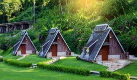 Mini casa de madera hermosa en la selva Tailandia Foto de archivo