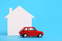 Mini casa e carro diminuto Foto de Stock