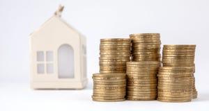 Mini casa sulla pila di monete Concetto della proprietà di investimento Alloggio sul credito Fotografie Stock Libere da Diritti