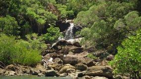 Mini cascadas hermosas en un paraíso almacen de video