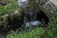 Mini cascade dans le drainase local image libre de droits