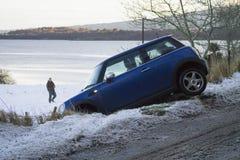 Mini catastrophe Le conducteur desserre le contrôle de leur mini sur l'A949 Image libre de droits