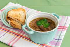 Mini cazuela de la sopa de champiñones con la tostada asada a la parrilla en las servilletas imágenes de archivo libres de regalías