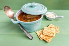 Mini cazuela de la sopa del minestrone con la galleta y el queso parmesano fotos de archivo