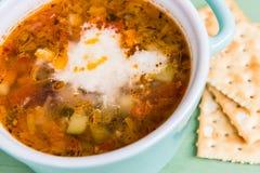Mini cazuela de la sopa del minestrone con la galleta y el queso parmesano fotos de archivo libres de regalías