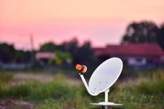 Mini 35 centymetrowa biała antena satelitarna dla telewizi Obraz Royalty Free