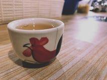 Mini Ceramic-Teeschale auf Holztisch lizenzfreies stockfoto