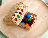 Mini cesta con el caramelo Imágenes de archivo libres de regalías
