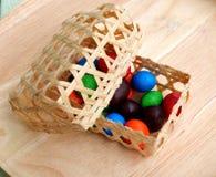 Mini cesta con el caramelo Fotografía de archivo