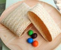 Mini cesta con el caramelo Imagen de archivo libre de regalías