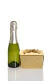 Mini champán con el regalo del oro Fotos de archivo