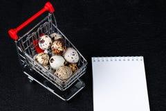 Mini chariot de nourriture avec la nourriture photos stock