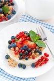 Mini cheesecake z świeżymi jagodami na talerzu, odgórny widok Zdjęcia Royalty Free