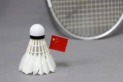 Mini Chiny flagi kij na białym shuttlecock na popielatym tle za ostrości badminton kancie i obrazy royalty free