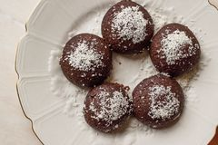 Mini Chocolate Brownie Wet Cookies med kokosnötpulver/turk Islak Kurabiye Royaltyfria Bilder