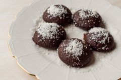 Mini Chocolate Brownie Wet Cookies med kokosnötpulver/turk Islak Kurabiye Arkivfoto