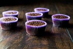 Mini Chocolate Cake Souffle på träyttersida Royaltyfri Foto