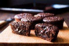 Mini Chocolate Cake Souffle på träyttersida Arkivbilder