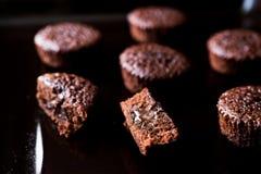 Mini Chocolate Cake Souffle på träyttersida Arkivfoton