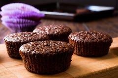 Mini Chocolate Cake Souffle på träyttersida Royaltyfria Bilder