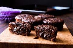 Mini Chocolate Cake Souffle på träyttersida Arkivfoto
