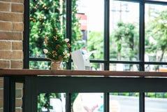 Mini Christmas Tree auf Tabelle Lizenzfreies Stockfoto