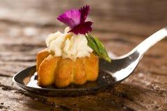 Mini churros salados, acompañados por la reducción condimentada del café con Kombu y rellenos con la naranja escarchada del queso Imagen de archivo