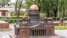 Mini City in Alexander Park Lay-out van St Isaac Kathedraal timelapse hyperlapse, St. Petersburg stock video