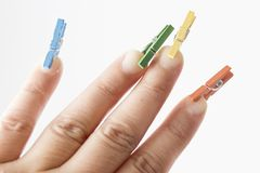 Mini clavijas en los fingeres Imagenes de archivo