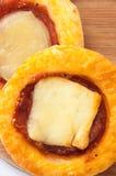 Mini close-up da pizza em uma placa da cozinha Imagens de Stock Royalty Free
