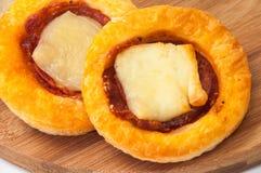 Mini close-up da pizza em uma placa da cozinha Foto de Stock
