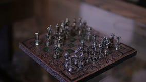 Mini compact draagbaar schaak met kleine cijfers stock footage