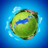 Mini concetto del pianeta. Villaggio, fiume e ponticelli Immagini Stock Libere da Diritti