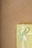 Mini contenitore di regalo verde con il nastro Fotografia Stock