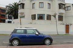 Mini Cooper azul y blanco en Miraflores, Lima Foto de archivo