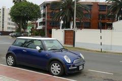 Mini Cooper azul y blanco parqueó en Miraflores, Lima Fotografía de archivo libre de regalías