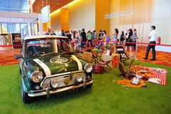 Mini Cooper clásico en la exhibición en el mundo 2014 de BMW Fotos de archivo libres de regalías