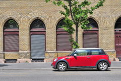 Mini Cooper parkował w ulicie Obrazy Royalty Free