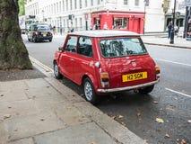 Mini Cooper rosso brillante sulla via di Londra Fotografia Stock